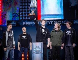 Secret Team celebrating the victory at ESL One Frankfurt 2015 (© ESL/flickr)